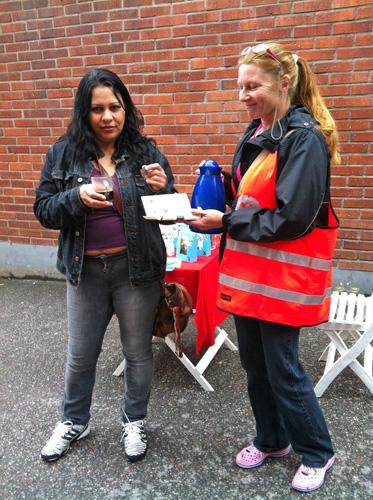 Lusiana och Lena bjuder förbipasserande på rättvisemärkt kaffe.